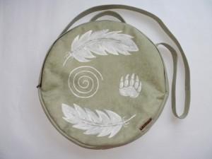 Trommeltasche Federn Spirale Tatze hellgrün