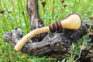 Minirassel aus Hirschhaut und Fundholz