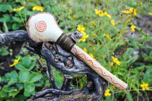 Schamanenrassel mit Hirschhaut und Spirale
