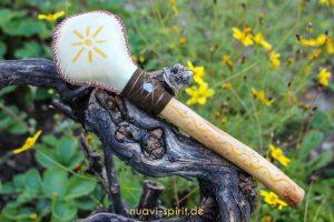 Schamanenrassel mit Hirschhaut und Sonne